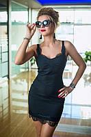 Платье с тонким кружевом сочетает в себе изысканность и нежность. Материал плотно облегает фигуру.