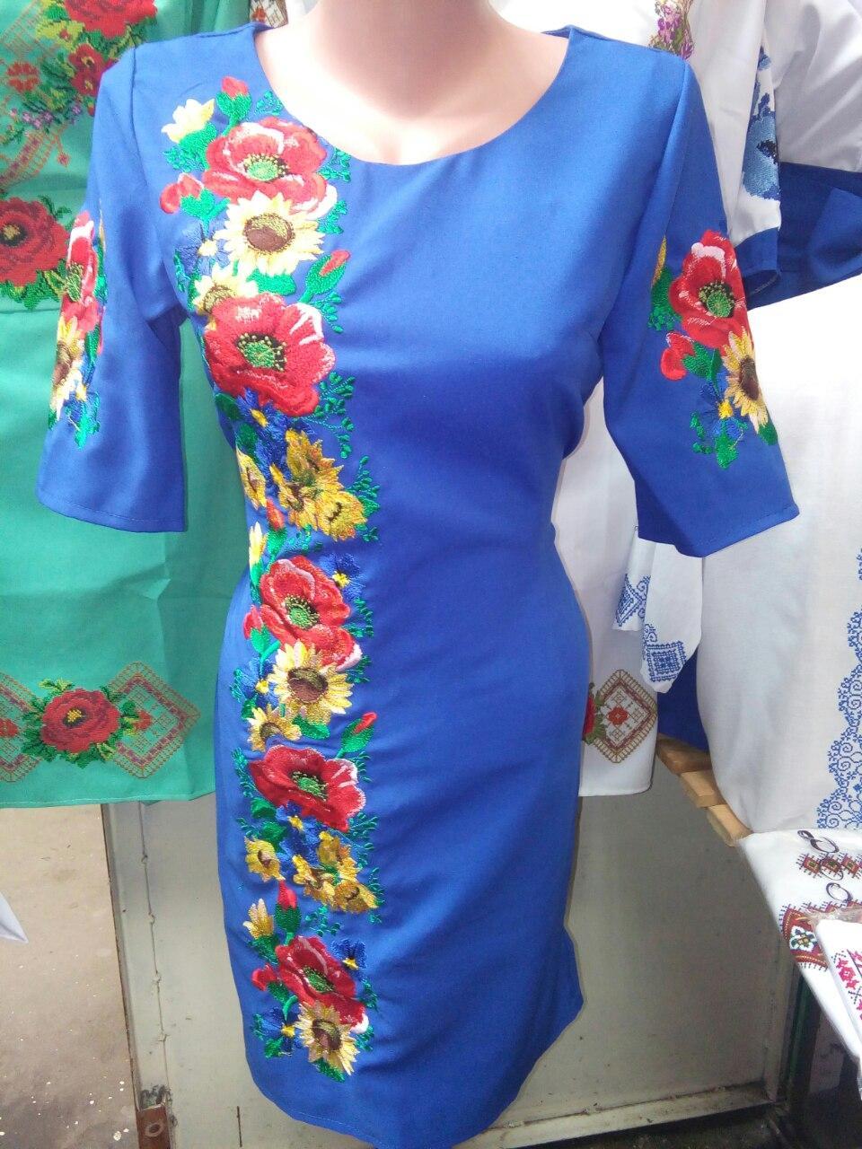 Вышитое женское платье цвета электрик