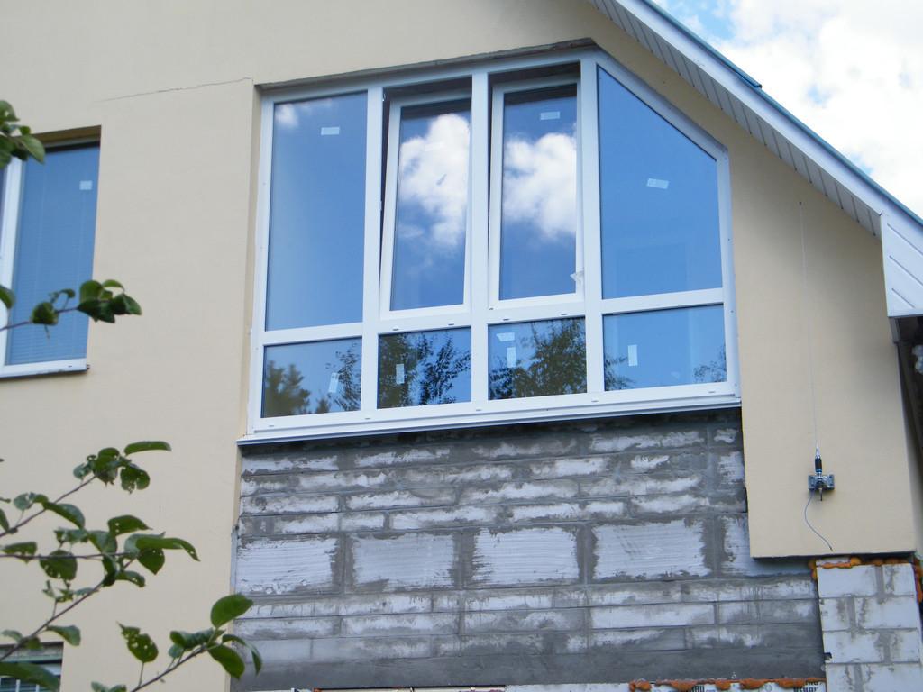 Нестандартное металлопластиковое трапециевидное окно Трапеция из профиля Рехау Rehau