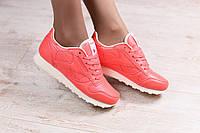 Красные женские кроссовки