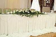 Оформление стола молодоженов с цветочной композицией