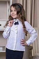 Нарядная белая школьная блуза с длинным рукавом и брошью.