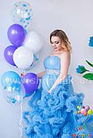 Яркий фонтанчик с одноцветными шарами и шариками с конфетти
