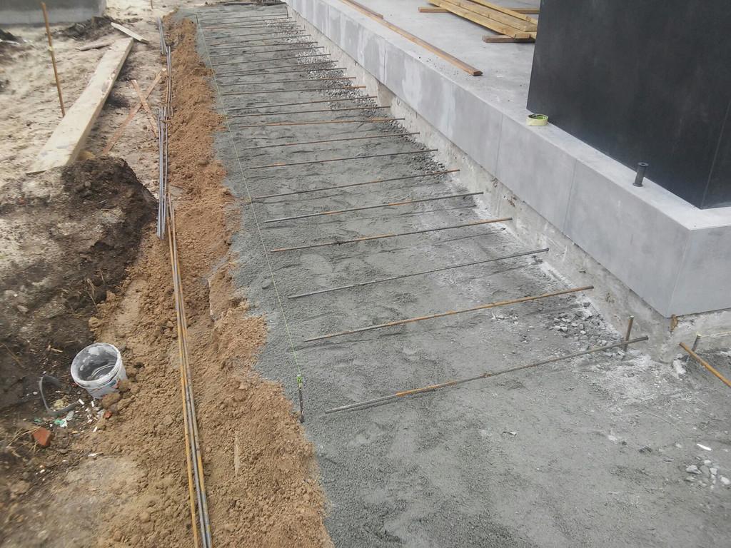 По желанию заказчика были выполнены работы по забуриванию в цокольную часть дома и соединения его с будущей отмосткой с помощью арматуры