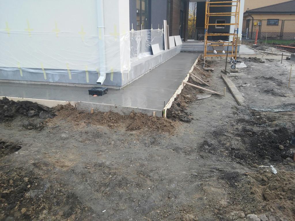 Ширина - 1100 мм. В дальнейшем бетон будет накрываться тротуарной плиткой, а уровень земли немного повышаться.