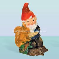 Садовая фигура гном и белка, скульптура для сада Гном с белкой (М)