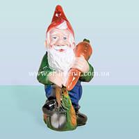 Садовая ландшафтная фигурка, скульптура для интерьера сада Гном с морковкой (М)