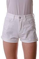 Короткие женские джинсовые шорты с манжетами.