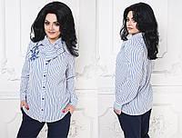 Удлиненная блуза в деловом стиле с воротником-бантом, принт полоска, блуза декорирована аппликацией-вышивка.