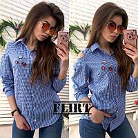 Стильная молодежная женская рубашка в клетку и значками В20153