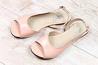 Женские розовые лаковые босоножки на плоской подошве