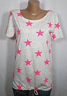 Белая женская футболка средних размеров