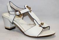 Женские классические босоножки на каблуке белые нарядные