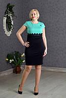 Стильное приталенное платье с завышенной талией  и гипюровой вставкой