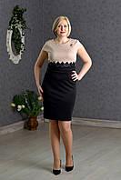 Деловое приталенное платье с гипюровым поясом на талии и брошью
