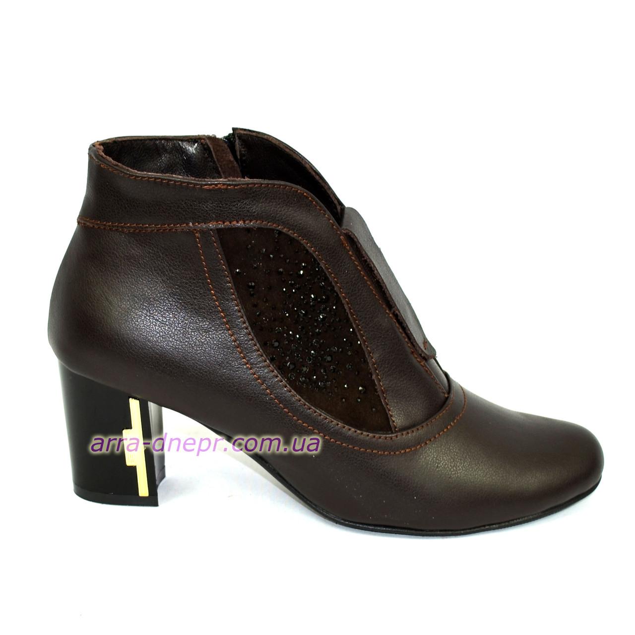 4e2f27a4a Стильные женские демисезонные ботинки из натуральной кожи коричневого  цвета, декорированы накаткой камней