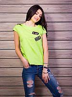 Легкая футболка салатового цвета с нашивками