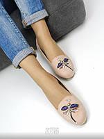 Модные балетки с яркой аппликацией в виде стрекозы цвета пудры