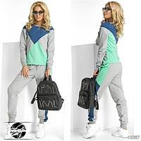Спортивный костюм: кофта и штаны. Кофта декорирована контрастными симметричными вставками. Штаны на резинке.