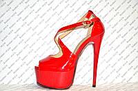 Босоножки стильные на высоком каблуке Louboutin лаковые красного цвета