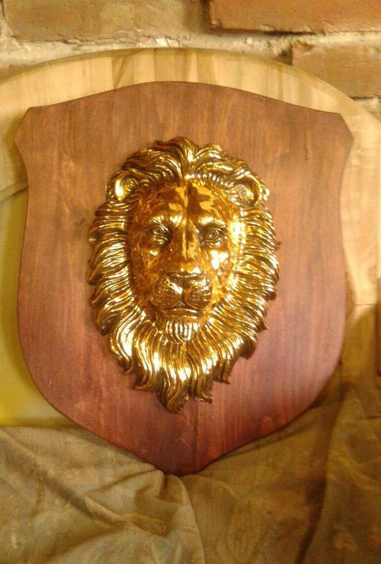Голова льва на щите - настенный декор