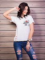 Легкая футболка белого цвета с надписью и стразами