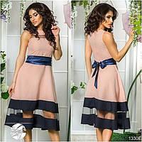 Элегантное платье приталенного силуэта с клешеной юбкой, декорированное вставками из сетки.