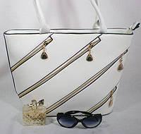 Стильная вместительная женская сумка с металлическим декором