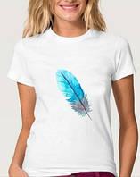 Веселая летняя белая футболка с перышком
