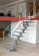 Лестница маршевая. Ступени металлически из рифленого металла.