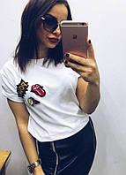 Женская стильная футболка с украшением -  нашивки (2 цвета)