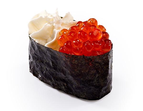 Гункан з ікрою лосося та вершковим сиром