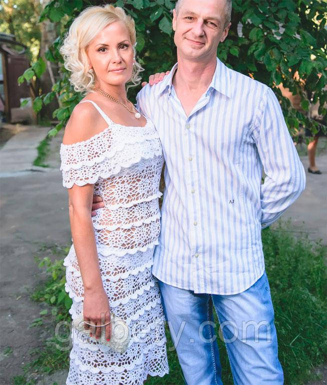 Вязаное платье с ажурной пелериной, белого цвета ручной работы