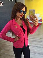Стильный женский пиджак короткий с брошкой,цвет малина