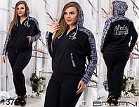 Молодежный спортивный костюм, штаны однотонные и кофта на молнии с карманами. Принт: газета и рваный джинс.