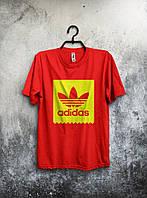 Мужская спортивная футболка Adidas красного цвета.