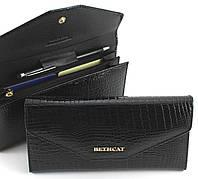 Красивый женский кошелек в виде конверта в черном цвете из натуральной лакированной кожи BETH CAT (30080)