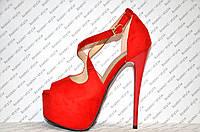 Босоножки стильные на высоком каблуке Louboutin замшевые красного цвета