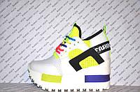Криперсы летние на платформе белого цвета с яркими вставками шнуровка