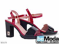 Босоножки женские из искусственного лака с подошвой из термопластичной резины на каблуке черные, красные