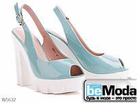 Босоножки женские из искусственного лака на подошве из поливинилхлорида на высоком каблуке голубые