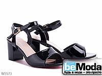 Босоножки женские из искусственного лака на невысоком каблуке черные