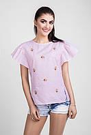 Женская блуза украшена стильной цветочной вышивкой