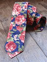 Синий галстук с цветами