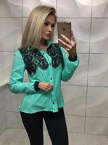 Женская зелёная блуза с кружевом