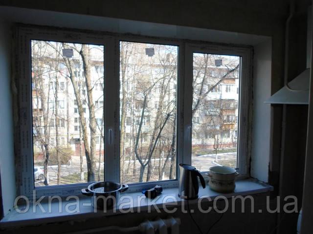 Трехстворчатое окно с двумя створками в профиле rehau