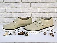 Туфли из натуральной лаковой кожи бежевого цвета с металлической пряжкой