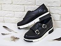 Туфли из натуральной кожи черного цвета с металлическими пряжками на черно-белой подошве