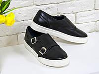 Туфли из натуральной кожи черного цвета с металлическими пряжками на белой подошве