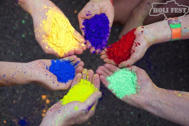 Травневі свята з фарбами Холі!
